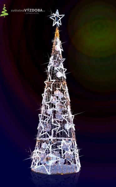Vánoční strom s LED řetězy, hvězdami a koulemi, se 3D hvězdou na špičce stromu.